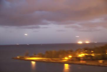 las dos luces alargadas en el azul del cielo son dos aviones que están preparándose para aterrizar en el aeropuerto de Honolulú.