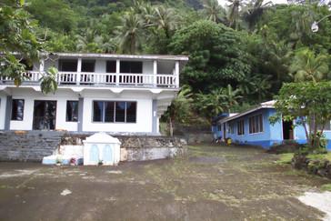 Otra casa típica. Observen que delante de la casa hay dos lápidas; perace ser que es costumbre local enterrar a los muertos cerca de la casa.