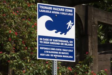 A lo largo del camino vimos varias advertencias de Tsunami y de qué hacer si llegase uno. Debemos recordar que Tutuila recientemente fue bastante dañado por un tsunami.