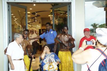 Los guerreros maoríes a la entrada de la tienda.