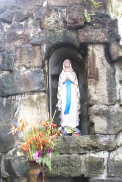 A la entrada, en el jardín, está esta virgen de Lourdes