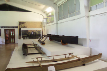 Una sala del museo con embarcaciones típicas