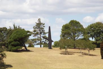 En mitad del parque hay una escultura. Tanto la disposición del jardín como la escultura me han recordado a Chillidaleku de Donostia-San Sebastián. Aunque aquí hay solo una pieza, no las múltiples de Chillidaleka