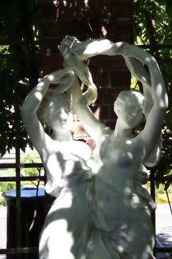 En el jardín hay muchas esculturas similares a esta