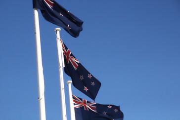 """Y en los edificios oficiales se ve la bandera de Nueva Zelanda. Obsérveses que en fondo azul está la famosa constelación """"La Cruz del Sur"""" con sus cuatro estrellas mś brillantes. En la bandera de Australia hay una quinta estrella, menos brillante."""