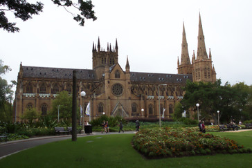 A un lado del parque está la iglesia de Santa María, catedral católica