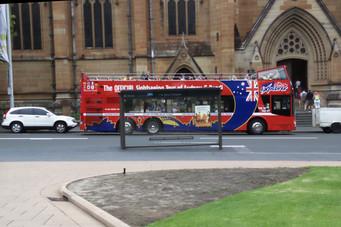 En Sydney, como en otras muchas ciudades del mundo, hay un autobús para visitar la ciudad. Se compra el billete por un día --37$AU-- y puedes subir y bajaren las múliples paradas que hace. Una de ellas en la catedral de Santa María