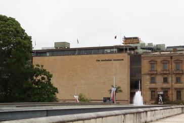 A ldo de la catedral está el Museo de Australia.