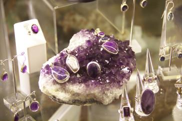 En la tienda del museo venden, entre otras cosas, joyas de piedras semipreciosas.