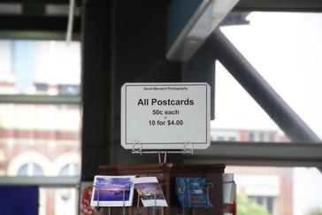 En ls estaciones venden unas pocas cosas. Por ejemplo postales cuatro por un dólar australiano