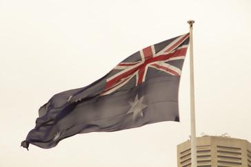 Una de las banderas australianas. las hay en fondo azul, como esta; en fondo trojo y en fondo blanco que la usa la marina