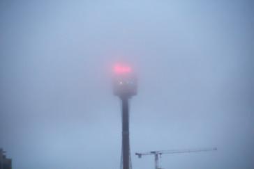 Torre de Sydney perdida entre la niebla