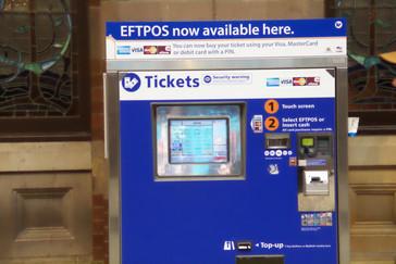 Los billetes se compran en máquinas similares a esta. Y digo similares porque esta dice que no admite pago con EFTPOS --tarjetas de crédito--. La mayoría de las máquinas las admiten