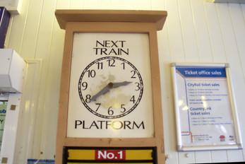 Interior de la estación anunciando el siguiente tren en la plataforma 1 (hay dos plataformas. Una a Sydney, la otra a otras partes de las Montañas Azules