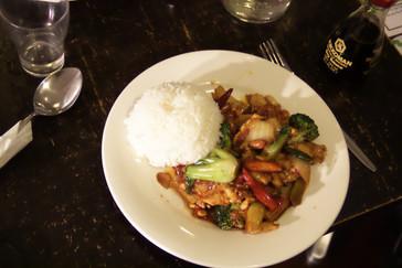 Detalle del plato: arroz blanco, verduras variadas,...