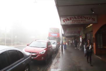 Al fondo el autobús rojo que da una vuelta por treinta lugares de las Montañas Azules