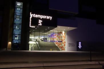 Al lado del barco está el museo de arte moderno