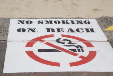 Una curiosidad es que está prohibido fumar en la arena de la playa