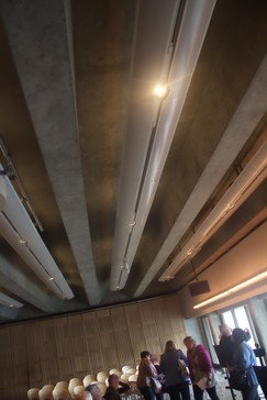 Techo e iluminación desde arriba; también hay iluminación lateral que, desde mi punto de vista, deslumbra