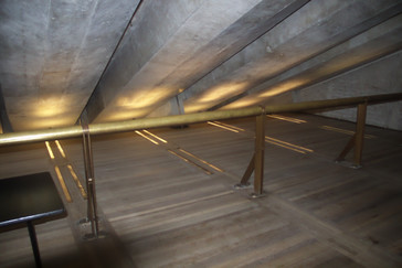 Un detalle interesante es que ese pasamanos de cobre lleva en su interior agua caliente. En invierno actúa como calefacción.