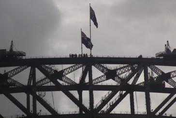 Detalle del puente. Obsérvese lo pequeos que se ven los humanos que están arriba