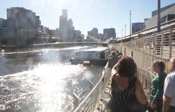 A la derecha el barco en el que nos montamos. AL fondo la torre más alta de Melbourne