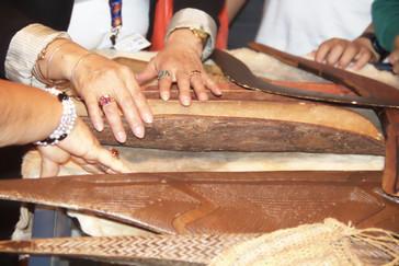 En una mesa había pieles, telas y otros objetos para tocarlos y conocer sus texturas.
