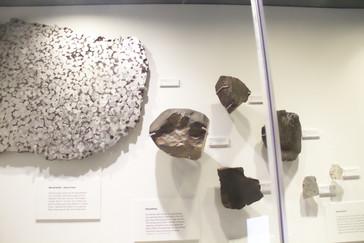 A la derecha, otros meteoritos