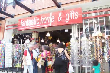 Este fue uno de los sitios donde compramos camisetas, sudaderas, DVDs vírgenes, postales, etc