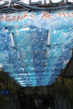 El agua al circular por arriba producía unas curiosas ondas en estos plásticos