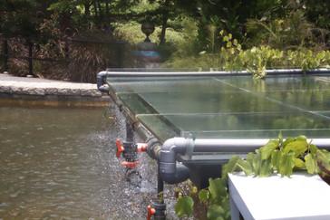 El agua que al circular produce los curiosos reflejos en la parte azul del techo que hemos mostrado en foto anterior