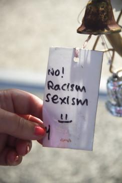 Uno de los mensajes: No al racismo y al sexismo.