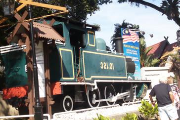 Tren en la puerta del Museo