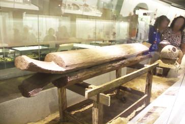 Un sarcófago de madera hecho con un árbol