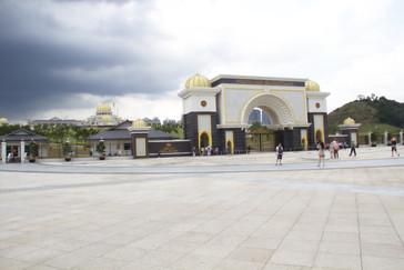 Puerta del palacio presidencial. Al fondo está el palacio