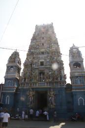 Templo con la torre a contraluz