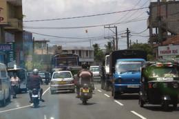 Un aspecto de la calle: mucho tráfico, cables por arriba