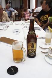Cerveza de Sri Lanka. Nos las sirvieron con jarra de cerveza helada. Y no fue caro. No recuerdo exactamente el precio, pero en torno a los 2 € la botella de medio litro. La cerveza es una Lager con bastantes grados
