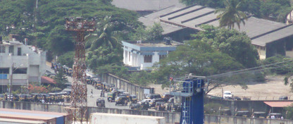 """Esta foto es interesante pues nos muestra que al fondo, a la salida del puerto hay multitud de taxis y de """"tuc-tuc"""" que nos esperan."""