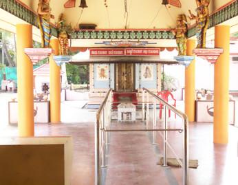 El templo estaba cerrado, no obstante, desde la verja, logré sacar esta foto de su interior.