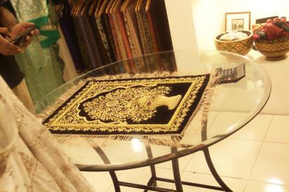 Artesanía típica malabar. Bordados en oro. Muy bonito.
