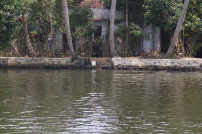 Las personas se bañan en el agua del lafo