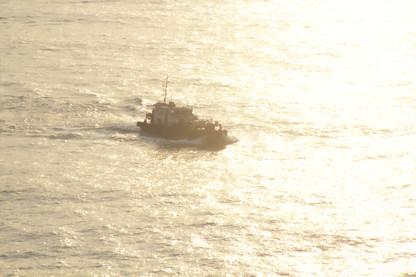 Barca prácticos a lo lejos