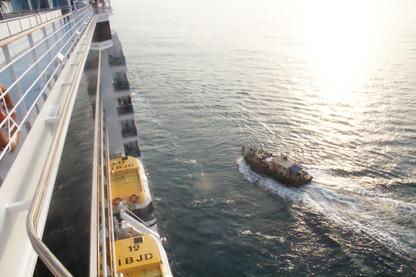 La barca se acerca a nuestro barco (Costa Deliziosa)