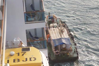 El práctico embarca en el Costa Deliziosa