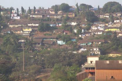 Goa, en ls cercanías del puerto, trepa por las laderas e la montaña