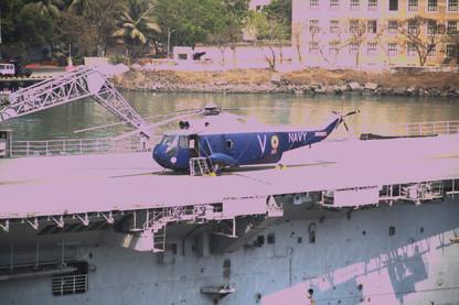 Barco de guerra con helicóptero