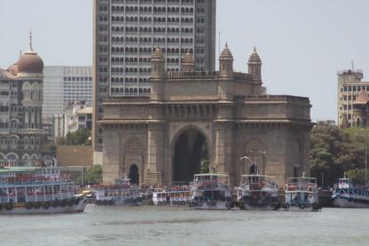 La Puerta de la India con los barcos que te llevan a la Isla Elefanta