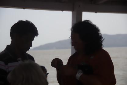 Vendedor y compradora en el barco. Al fondo la Isla.
