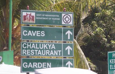 Indicador de la dirección que hay que seguir para llegar a las cuevas-templo.